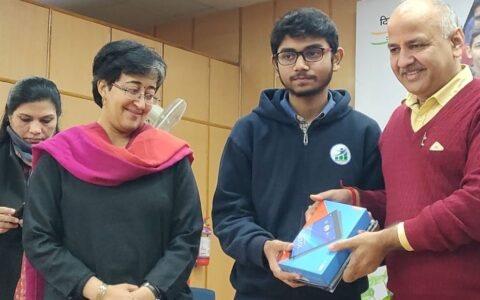 Sisodia gives out tablets to students